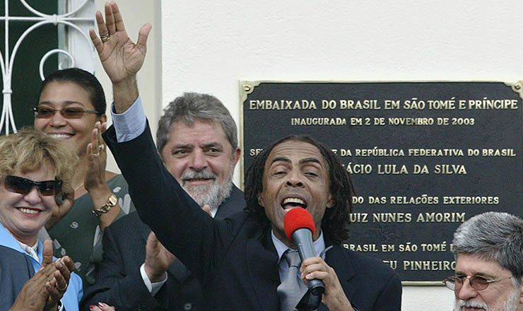 <strong> Ministro Gilberto Gil&nbsp;(Cultura) discursa </strong> na inauguração da embaixada do Brasil em São Tomé e Príncipe, em 2003