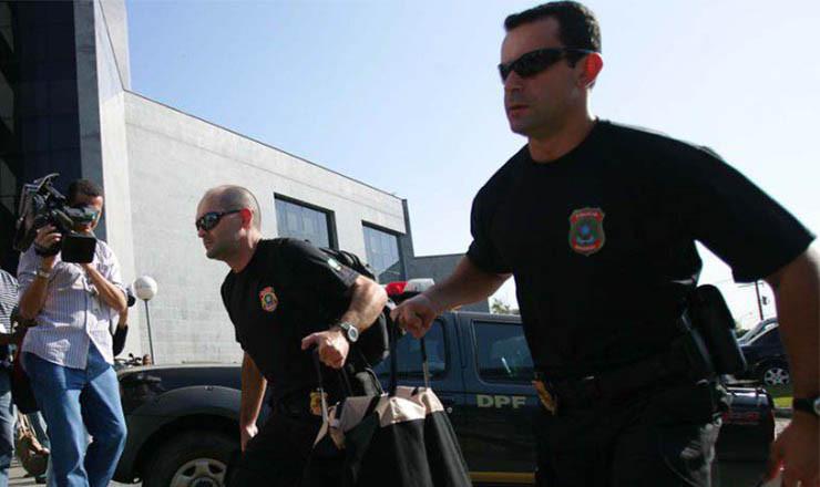 <strong> Agentes da operação Satiagraha carregam malote de documentos:</strong> &nbsp;repercuss&atilde;o&nbsp;no meio político e empresarial no período
