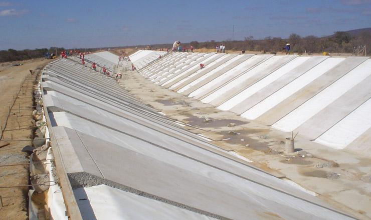 <strong> Trabalhadores no canal principal Baixio&nbsp;do Irec&ecirc;, sert&atilde;o da BA:&nbsp;</strong> projeto se tornaria a maior obra de infraestrutura do pa&iacute;s