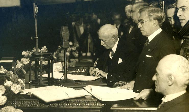 <strong> Ant&ocirc;nio Carlos Ribeiro de Andrada,&nbsp;</strong> presidente da Assembleia Constituinte, assina a Constitui&ccedil;&atilde;o de 1934  &nbsp;  &nbsp;
