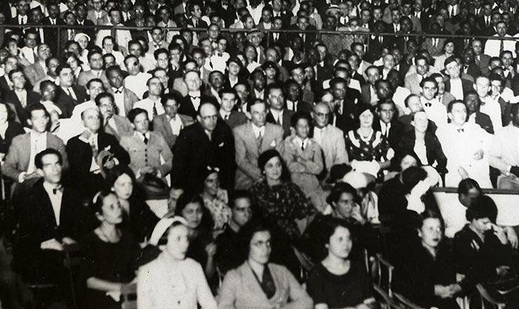 <strong> Nas arquibancadas, populares&nbsp;presenciam com&iacute;cio da ANL</strong> no est&aacute;dio Brasil (Rio de Janeiro),&nbsp;em 13 de maio de 1935  &nbsp;