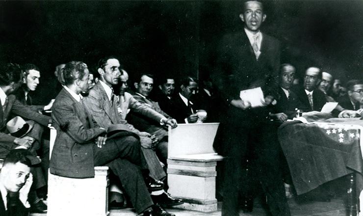 <strong> O comandante Roberto Sisson discursa </strong> durante&nbsp;com&iacute;cio da ANL no est&aacute;dio Brasil, em 13 de maio de 1935  &nbsp;  &nbsp;