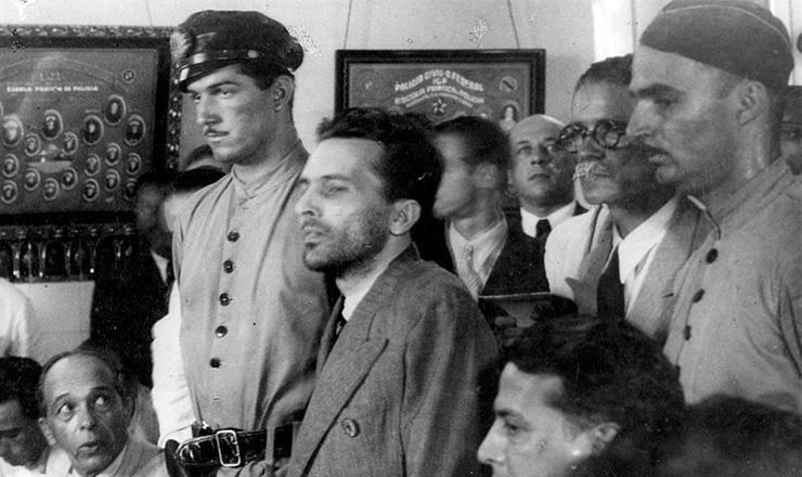 <strong> Preso, Lu&iacute;s Carlos Prestes&nbsp;chega </strong> ao quartel da Pol&iacute;cia Especial, em 1936, para interrogat&oacute;rio  &nbsp;