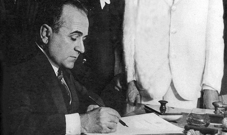 <strong> Get&uacute;lio Vargas assina</strong> os primeiros decretos ap&oacute;s a posse no Governo Provis&oacute;rio, em novembro de 1930