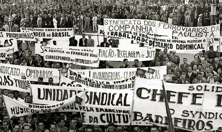 <strong> Concentração de 1ºde Maio em São Paulo, </strong> quando foi anunciada a criação da Justiça do Trabalho, em 1939