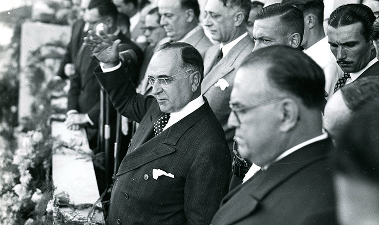 <strong> Da sede do Ministério do Trabalho, Getúlioanuncia </strong> a CLT, em 1º de maio de 1943