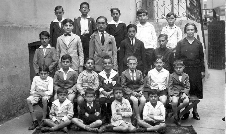 <strong> Alunos de uma escola pública emSão Paulo, </strong> bairro da Bela Vista. Florestan Fernandes, que se tornaria um dos mais importantes cientistas sociais brasileiros,é o terceiro sentado no banco a partir da esquerda