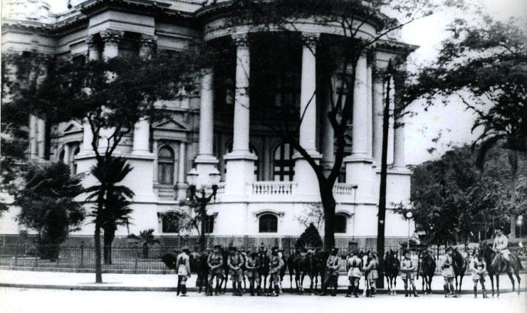 <strong> Soldados cercam o pal&aacute;cio Monroe, sede do Senado:&nbsp;</strong> come&ccedil;ou o Estado Novo