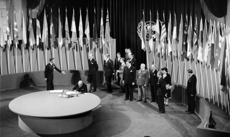 <strong> Na Confer&ecirc;ncia de S&atilde;o Francisco, </strong> o ministro brasileiro das Rela&ccedil;&otilde;es Exteriores, Pedro Le&atilde;o Velloso, assina a Carta das Na&ccedil;&otilde;es Unidas criando a ONU