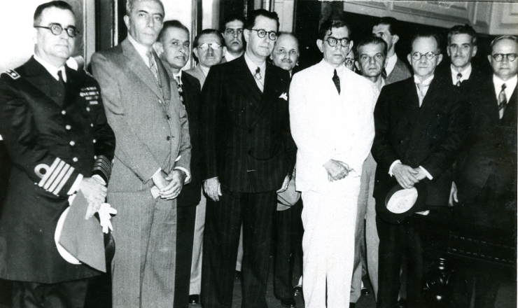 <strong> Francisco Campos (terno branco) comparece </strong> &agrave; posse de Frederico de Barros Barreto (&agrave; sua direita) na presid&ecirc;ncia do Tribunal de Seguran&ccedil;a Nacional, em setembro de 1936&nbsp;