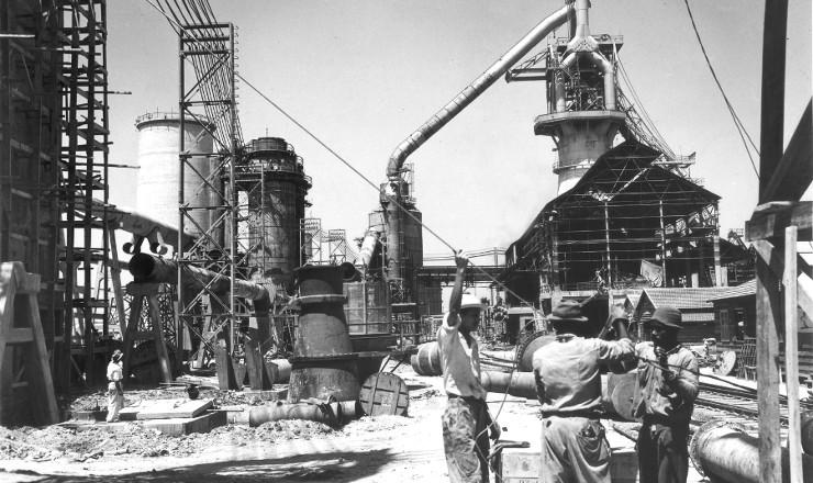 <strong> Oper&aacute;rios trabalham na constru&ccedil;&atilde;o&nbsp;</strong> da usina de Volta Redonda da CSN, em 1941&nbsp;