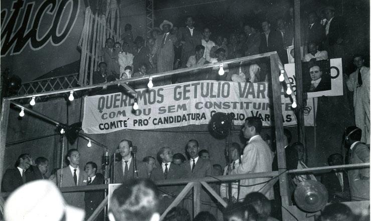 <strong> Com&iacute;cio queremista</strong> no largo&nbsp;da Carioca, em&nbsp;agosto de 1945&nbsp;