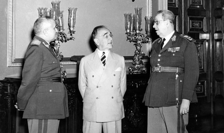 <strong> Get&uacute;lio Vargas</strong> entre Eurico Dutra,&nbsp;que lhe sucederia, e G&oacute;is Monteiro, que o derrubaria, em imagem de&nbsp;9 de agosto de 1945