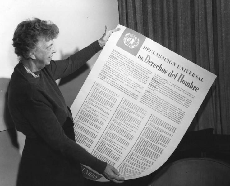 <strong> Eleanor Roosevelt, vi&uacute;va do ex-presidente dos EUA Franklin Roosevelt, segura </strong> c&oacute;pia da Declara&ccedil;&atilde;o Universal dos Direitos Humanos. Ela presidiu a Comiss&atilde;o das Na&ccedil;&otilde;es Unidas sobre Direitos Humanos