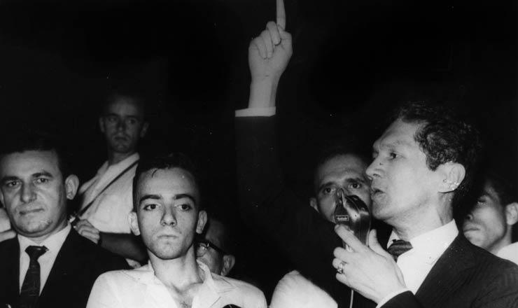 <strong> Dedo em riste, Francisco Juli&atilde;o </strong> <strong> discursa</strong> em com&iacute;cio das Ligas Camponesas, 1961