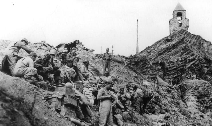 <strong> Soldados do regimento Sampaio, da FEB, guardam </strong> posi&ccedil;&atilde;o ap&oacute;s a tomada do monte Castelo&nbsp;