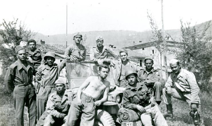 <strong> Sem camisa, o futuro escritor Jacob Gorender posa </strong> com outros soldados, depois da queda do monte Castelo&nbsp;