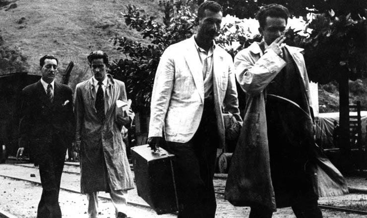 <strong> Liberta&ccedil;&atilde;o dos presos pol&iacute;ticos Carlos Marighella (de bigode) e Ant&ocirc;nio Tourinho (&agrave; direita) </strong> ap&oacute;s a anistia de abril de 1945. Na imagem aparece a mulher do ex-capit&atilde;o Agildo Barata, que esteve preso com Marighella na pris&atilde;o de Fernando de Noronha  &nbsp;