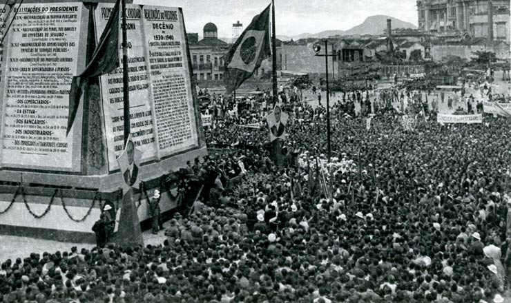 <strong> Multid&atilde;o&nbsp;comparece&nbsp;a manifesta&ccedil;&atilde;o&nbsp;promovida pelo DIP</strong> &nbsp;em 9 de novembro de 1940 na Esplanada do Castelo, no Rio, pelo&nbsp;10&ordm; anivers&aacute;rio do governo Vargas