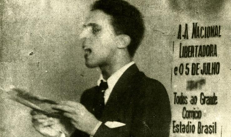 <strong> Carlos Lacerda l&ecirc; o manifesto de Lu&iacute;s Carlos Prestes </strong> durante o ato da ANL&nbsp;no Rio de Janeiro, em 5 de julho de 1935  &nbsp;