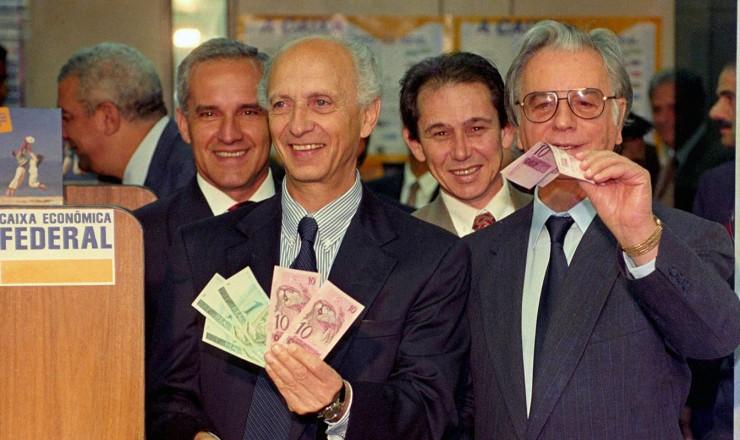 <strong> Rubens Ricupero, ministro da Fazenda, </strong> e o presidente Itamar Franco lan&ccedil;am a nova moeda, o real, a oitava moeda brasileira em circula&ccedil;&atilde;o no s&eacute;culo 20  &nbsp;