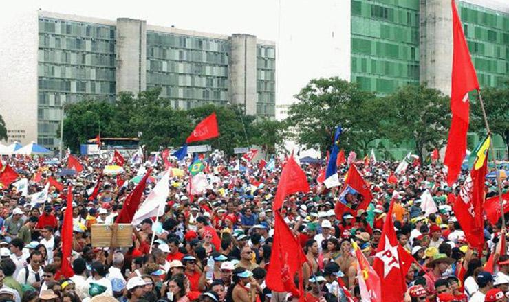 <strong> Milhares de pessoas ocupam a Esplanada dos Ministérios</strong> com faixas e bandeiras do PT para festejar a posse de Lula