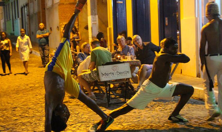 <strong> Grupo jogando capoeira</strong> em uma rua de Lençóis, na Chapada Diamantina, Bahia