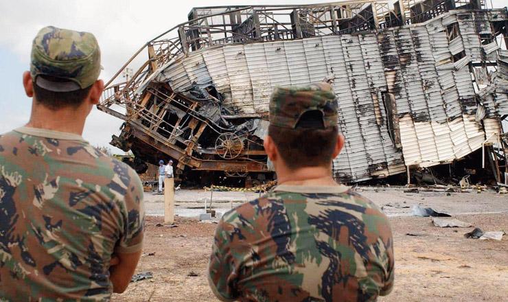 <strong> Soldados observam </strong> os destro&ccedil;os da estrutura da plataforma de lan&ccedil;amento do VLS&nbsp;  &nbsp;