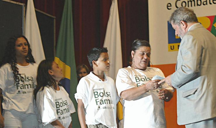 <strong> Presidente Lula entrega cart&atilde;o do Bolsa Fam&iacute;lia </strong> a uma fam&iacute;lia de Belo Horizonte, em mar&ccedil;o de 2004