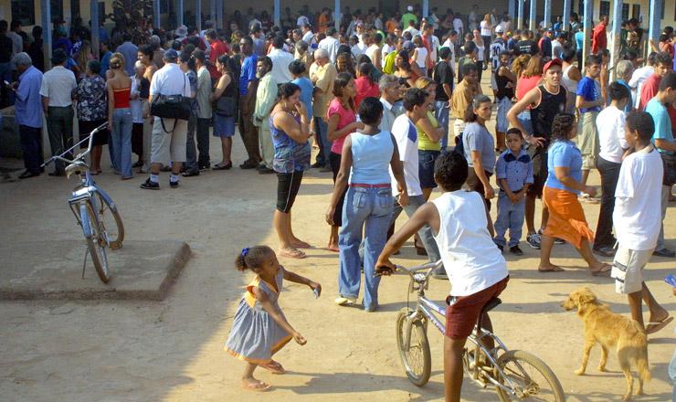 <strong> Em Santo Ant&ocirc;nio do Descoberto (GO), eleitores formam fila </strong> antes da abertura das se&ccedil;&otilde;es