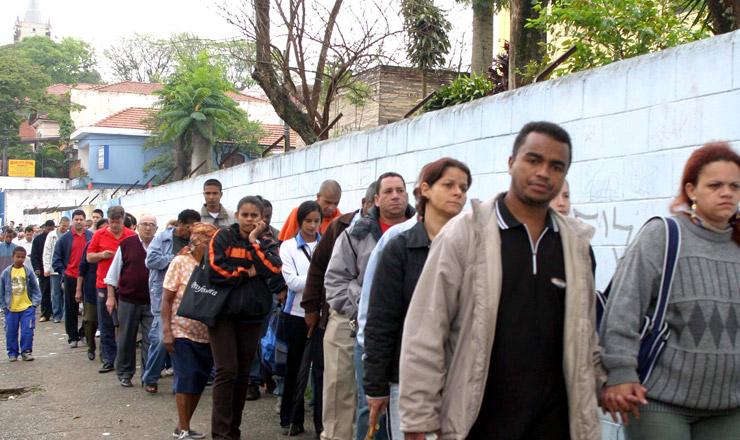 <strong> Em escola da Zona Leste de S&atilde;o Paulo, popula&ccedil;&atilde;o aguarda </strong> o in&iacute;cio da vota&ccedil;&atilde;o o 1&ordm; turno