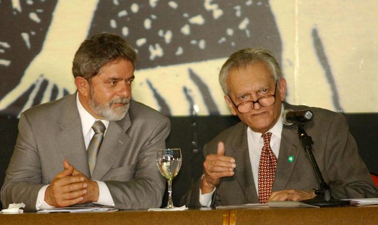 <strong> Ao lado do presidente Lula, o economista Celso Furtado discursa </strong> durante a solenidade de recria&ccedil;&atilde;o da Sudene, em Fortaleza, julho de 2003