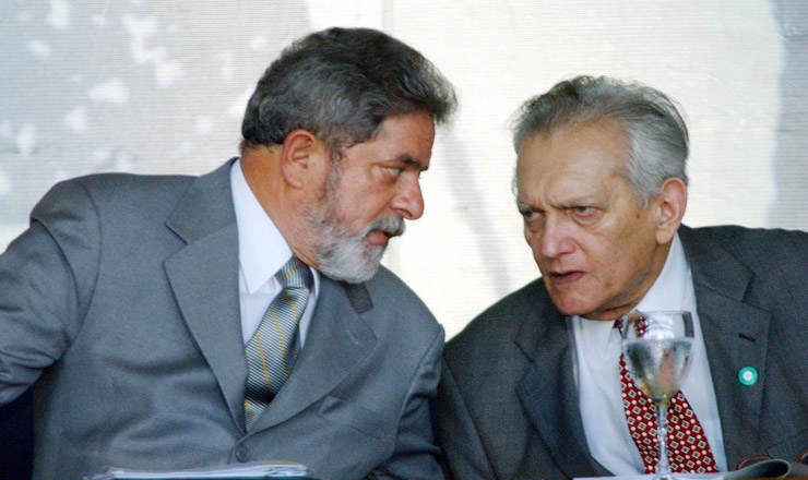 <strong> Furtado conversa com o presidente Lula, </strong> durante a solenidade de recria&ccedil;&atilde;o da Sudene, em Fortaleza, julho de 2003