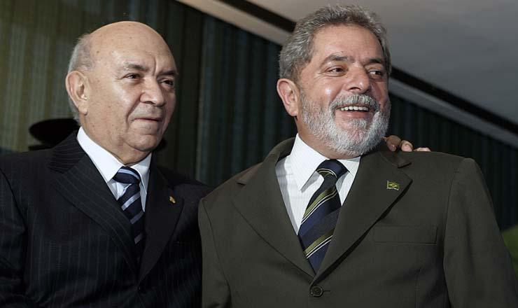 <strong> O presidente da Rep&uacute;blica, Lula, cumprimenta</strong> o novo presidente da C&acirc;mara dos Deputados, Severino Cavalcanti