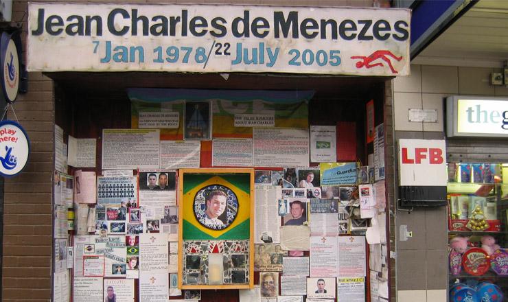 <strong> Memorial para Jean Charles de Menezes,</strong> na parte externa da estação de Stockwell, em Londres