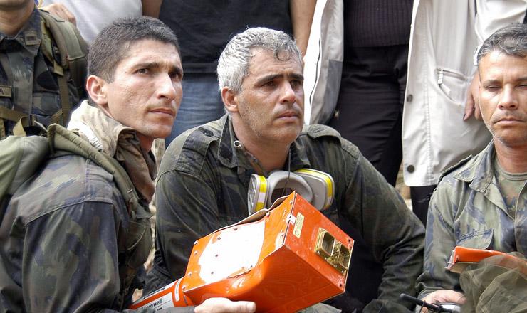 <strong> Militares da Aeron&aacute;utica</strong> seguram caixa-preta do Boeing 737-800, da GOL Linhas A&eacute;reas, que caiu no Mato Grosso em setembro de 2006