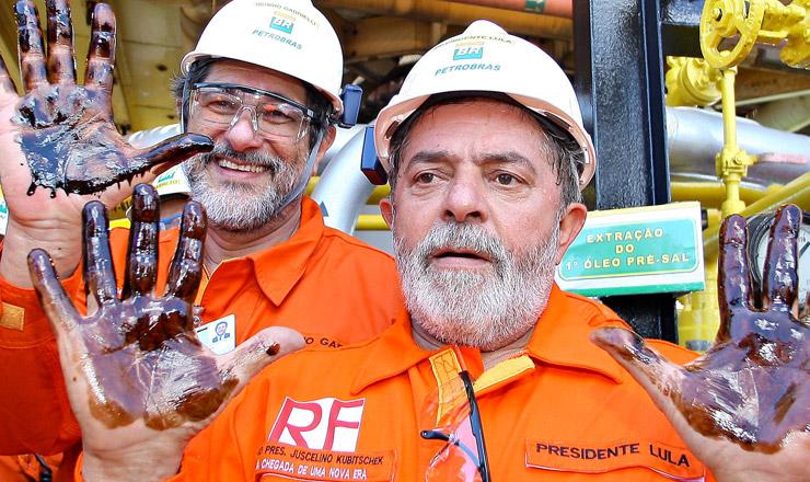 <strong> O presidente Lula</strong> e o presidente da Petrobras, Sérgio Gabrielli, com as mãos sujas de óleo extraído da camada pré-sal, em 2 de setembro de 2008