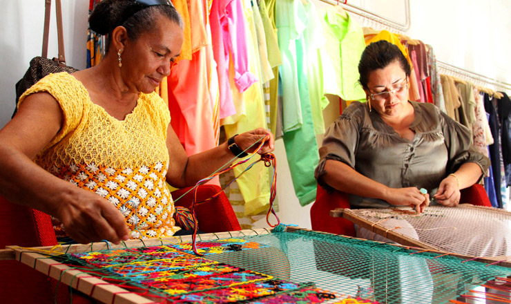 <strong> Mulheres fazem tecelagem artesanal: estatuto visa beneficiar </strong> micros e pequenos empreendedores