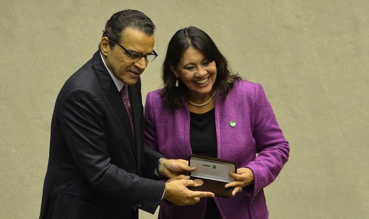 <strong> O presidente da Câmara dos Deputados, Henrique Eduardo Alves, entrega </strong> a medalha Assembleia Nacional Constituinte àjornalista Tereza Cruvinel
