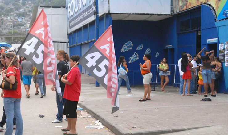 <strong> Boca de urna na Rocinha, Rio de Janeiro: </strong> vale tudo para conquistar indecisos  &nbsp;