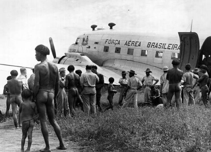 <strong> Irm&atilde;os Vilas-Boas&nbsp;visitam </strong> aldeia ind&iacute;gena em 20 de janeiro de 1954, aproveitando voo inaugural da rota Rio-Manaus