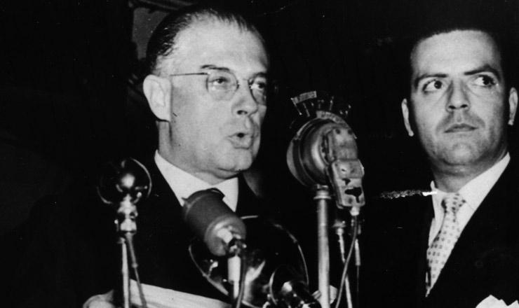 <strong> Eduardo Gomes em campanha </strong> eleitoral na cidade de Santos (SP), em 17 de setembro de 1945
