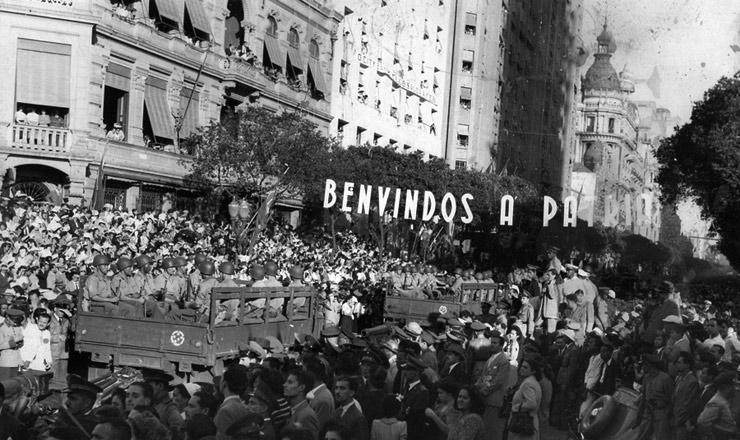 <strong> Pracinhas da FEB desfilam </strong> na avenidaRio Branco, centro no Rio de Janeiro, ao regressar da Itália