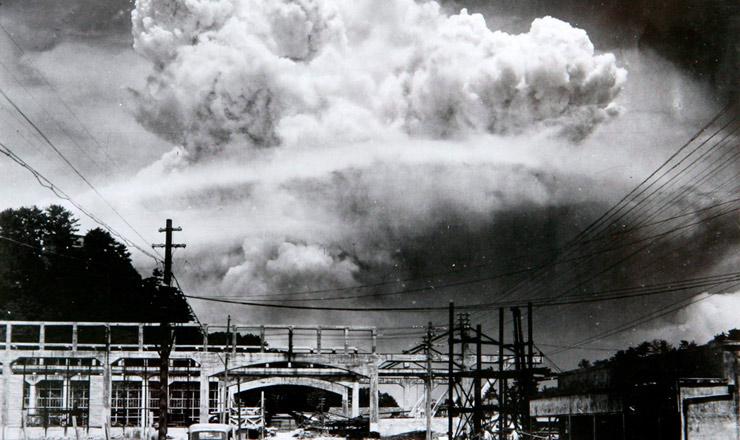 <strong> Cogumelo at&ocirc;mico sobre a cidade de Nagasaki, </strong> visto de&nbsp;Koyagi-jima, a cerca de 10 km do local da explos&atilde;o, em 9 de agosto de 1945