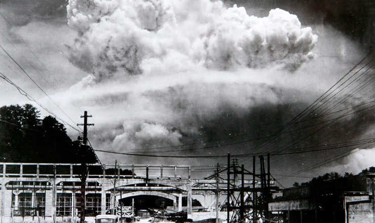<strong> Cogumelo atômico sobre a cidade de Nagasaki, </strong> visto deKoyagi-jima, a cerca de 10 km do local da explosão, em 9 de agosto de 1945