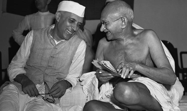 <strong> Jawaharlal Nehru e Gandhi</strong> durante encontro do Partido do Congresso, Bombaim, janeiro de 1946