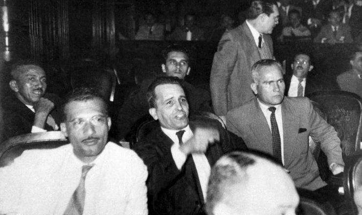 <strong> Luis Carlos Prestes</strong> na C&acirc;mara dos Deputados entre Marighella (esq.) e Greg&oacute;rio Bezerra (dir.), 1946  &nbsp;