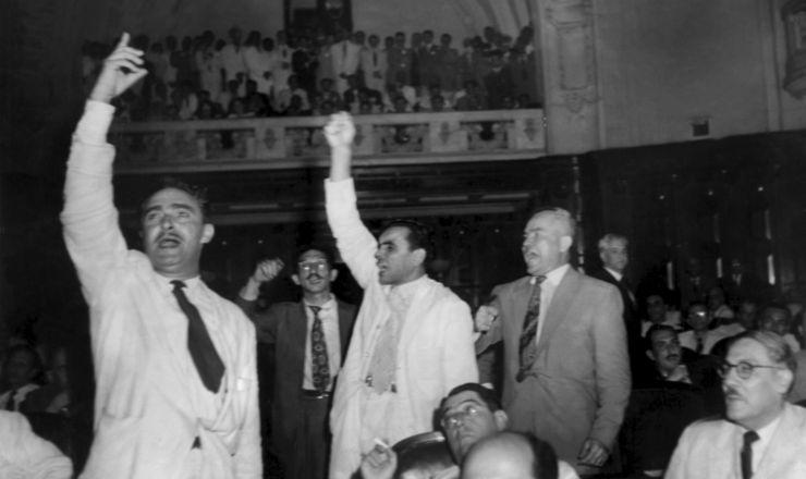 <strong> Parlamentares comunistas</strong> protestam contra a cassa&ccedil;&atilde;o dos mandatos, RJ, 10.1.1948