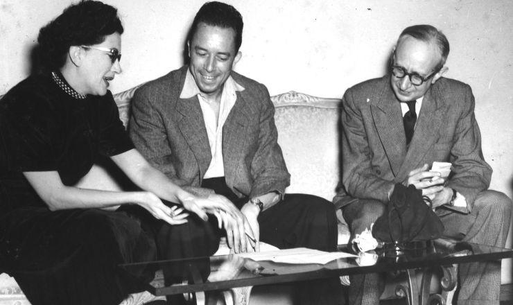 <strong> Albert Camus </strong> (ao centro) em&nbsp;visita &agrave;&nbsp;Ag&ecirc;ncia Nacional, no Rio de Janeiro, em julho de 1949