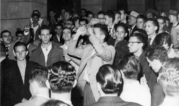 <strong> Operários e estudantes se reúnem </strong> no pátio da Faculdade de Direito do Largo SãoFrancisco, durante a Greve dos 300 Mil
